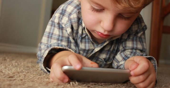Donner son smartphone à ses kids pour les garder calmes… Une fausse bonne idée ?